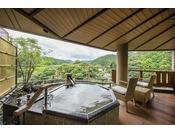 露天風呂付き プレミアム・スイートB(渓流側)音信川の渓流を眺めながら、のんびりとご夫婦の旅をお愉しみくださいませ。