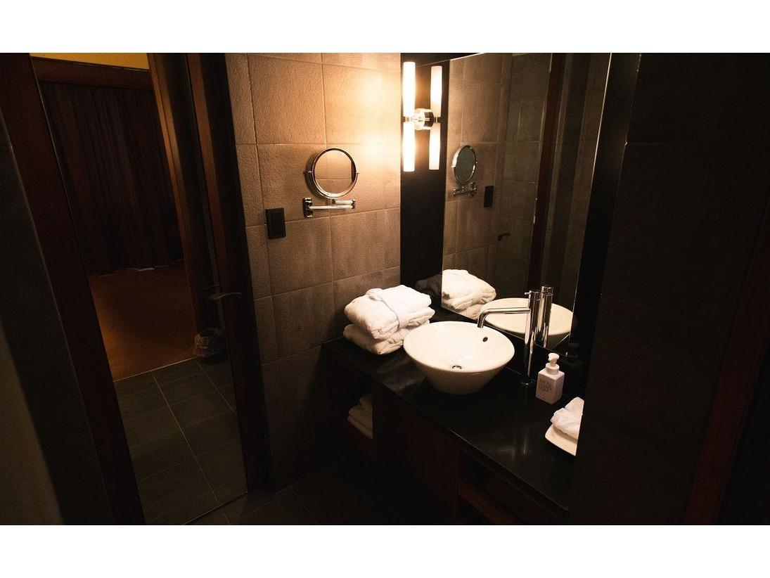 セミスイートルームのバスルームです