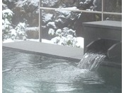 【男性露天風呂】冷たい空気の中、雪見温泉を楽しむ