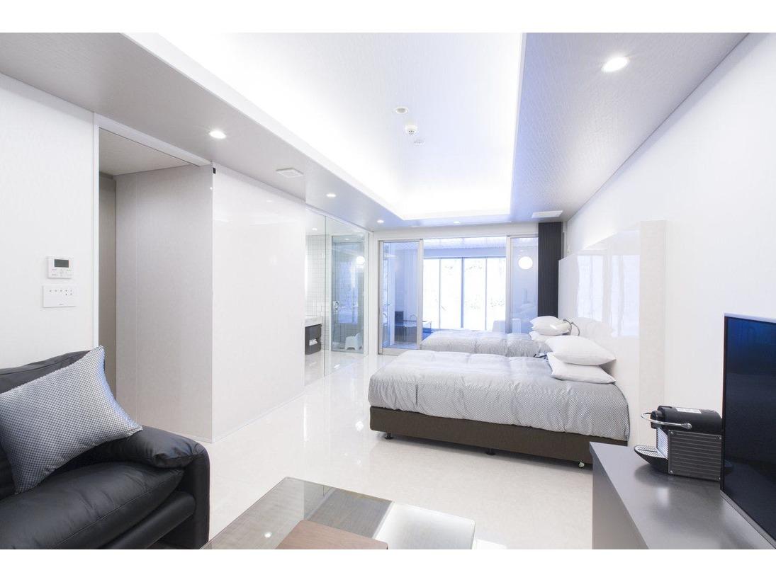 スタンダードスイート ラージツイン101号室。60平米半露天風呂+シャワーブースお二人ゆったりの広い半露天風呂と2ボールの広い洗面