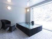 和モダンスイート ラージツイン106号室。半露天風呂+シャワーブース60平米(一部畳)※源泉100%掛け流しの温泉お二人ゆったりの広めの浴槽