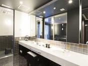 ミストサウナ付スイート ラージツイン206号室。60平米露天風呂+シャワーブース+ミストサウナお二人ゆったりの広い半露天風呂と2ボールの広い洗面