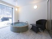 和モダンスイート ラージツイン107号室。半露天風呂+シャワーブース60平米(一部畳)※源泉100%掛け流しの温泉お二人ゆったりの広めの浴槽