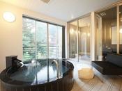 8畳ほどの露天風呂に、大人2名様がゆったりと浸かれる浴槽。誰にも邪魔されない個の空間をお楽しみ下さいませ。