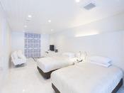 スタンダードスイート ラージツイン104号室。60平米露天風呂+シャワーブースお二人ゆったりの広い半露天風呂と2ボールの広い洗面