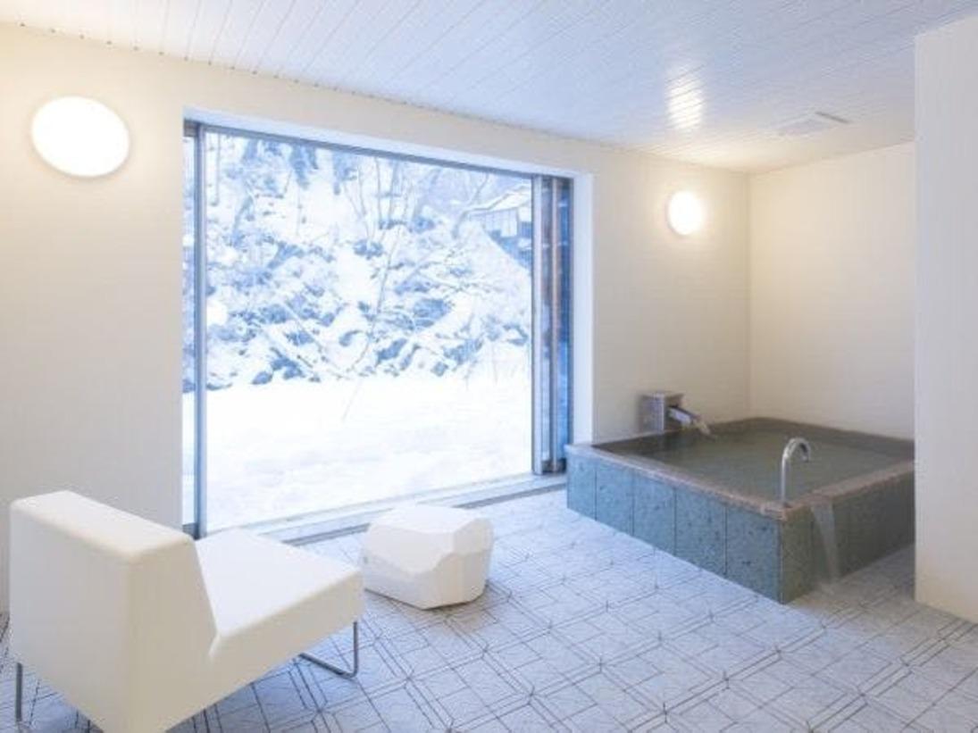 スタンダードスイート ラージツイン102号室。半露天風呂+シャワーブース60平米※源泉100%掛け流しの温泉お二人ゆったりの広めの浴槽