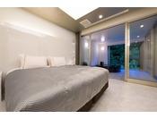 ミストサウナ付スイート ラージツイン206号室。60平米半露天風呂+シャワーブース+ミストサウナお二人ゆったりの広い半露天風呂と2ボールの広い洗面