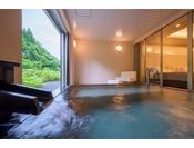 客室の露天風呂※源泉100%掛け流しの温泉お二人ゆったりの広めの浴槽
