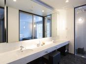 ミストサウナ付スイート ラージダブル207号室。60平米露天風呂+シャワーブース+ミストサウナお二人ゆったりの広い半露天風呂と2ボールの広い洗面