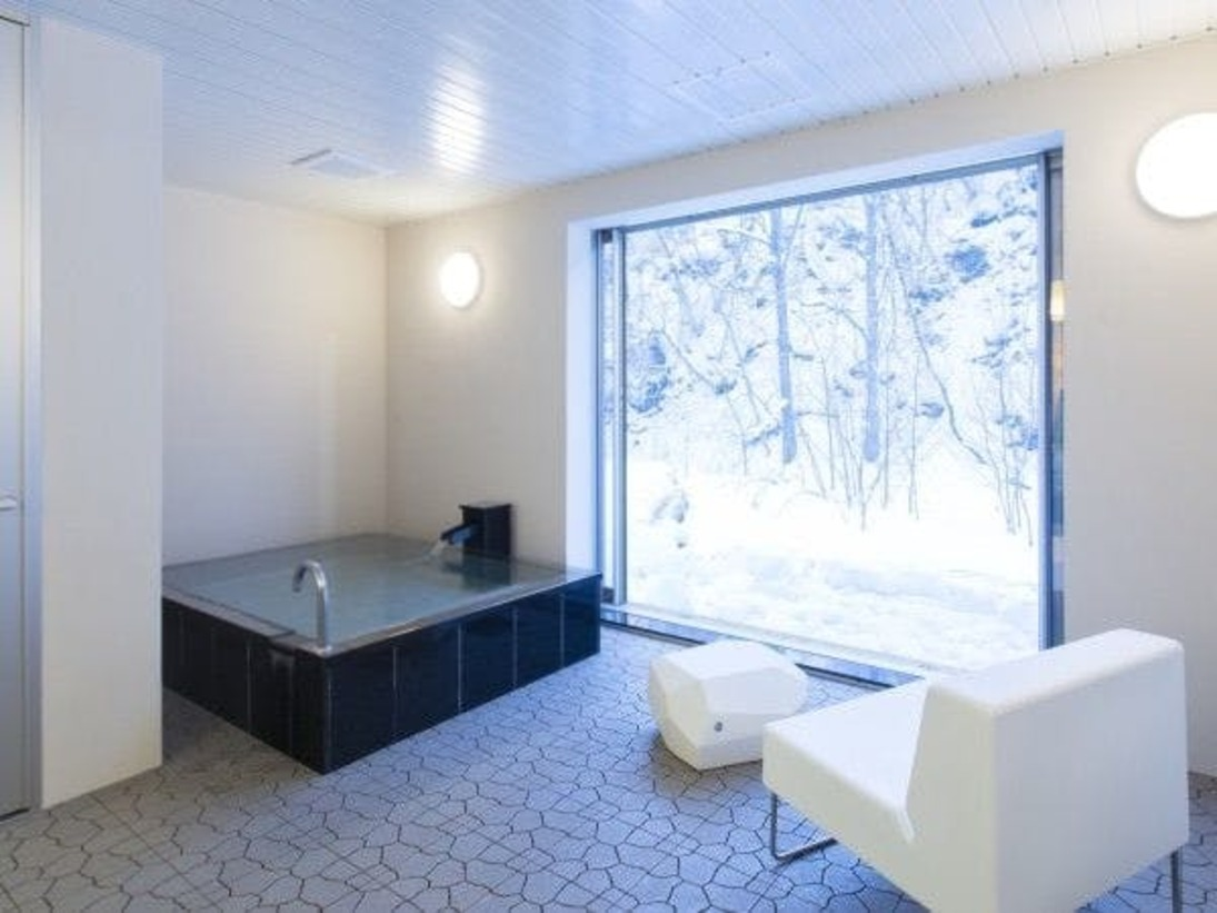スタンダードスイート ラージツイン101号室。半露天風呂+シャワーブース60平米※源泉100%掛け流しの温泉お二人ゆったりの広めの浴槽