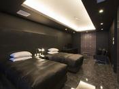 スタンダードスイート ラージツイン103号室。60平米露天風呂+シャワーブースお二人ゆったりの広い半露天風呂と2ボールの広い洗面