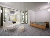 205号室 スタンダードスイート ラージダブル客室の露天風呂※源泉100%掛け流しの温泉お二人ゆったりの広めの浴槽