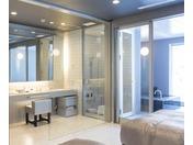 ミストサウナ付スイート ラージツイン105号室。60平米露天風呂+シャワーブース+ミストサウナお二人ゆったりの広い半露天風呂と2ボールの広い洗面