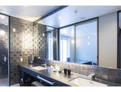 和モダンスイート ラージツイン106号室。60平米(一部:畳)露天風呂+シャワーブースお二人ゆったりの広い半露天風呂と2ボールの広い洗面