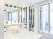 スタンダードスイート ラージダブル205号室。60平米露天風呂+シャワーブースお二人ゆったりの広い半露天風呂と2ボールの広い洗面
