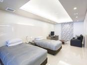 スタンダードスイート ラージツイン101号室。60平米露天風呂+シャワーブースお二人ゆったりの広い半露天風呂と2ボールの広い洗面