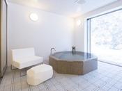 スタンダードスイート ラージツイン104号室。半露天風呂+シャワーブース60平米※源泉100%掛け流しの温泉お二人ゆったりの広めの浴槽