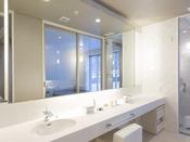 和モダンスイート ラージツイン107号室。60平米(一部:畳)露天風呂+シャワーブースお二人ゆったりの広い半露天風呂と2ボールの広い洗面