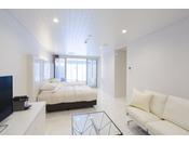 スタンダードスイート ラージツイン104号室。60平米半露天風呂+シャワーブースお二人ゆったりの広い半露天風呂と2ボールの広い洗面