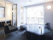 ミストサウナ付スイート ラージダブル207号室半露天風呂+シャワーブース+ミストサウナ60平米※源泉100%掛け流しの温泉お二人ゆったりの広めの浴槽