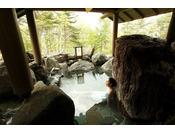【貸切露天風呂】岩室。巨大な岩に囲まれた、野趣あふれる風呂。Private open air-bath ( reservation is not needed )
