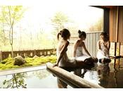 【大浴場】自然を感じる半露天風呂の古の湯。Half open air-bath
