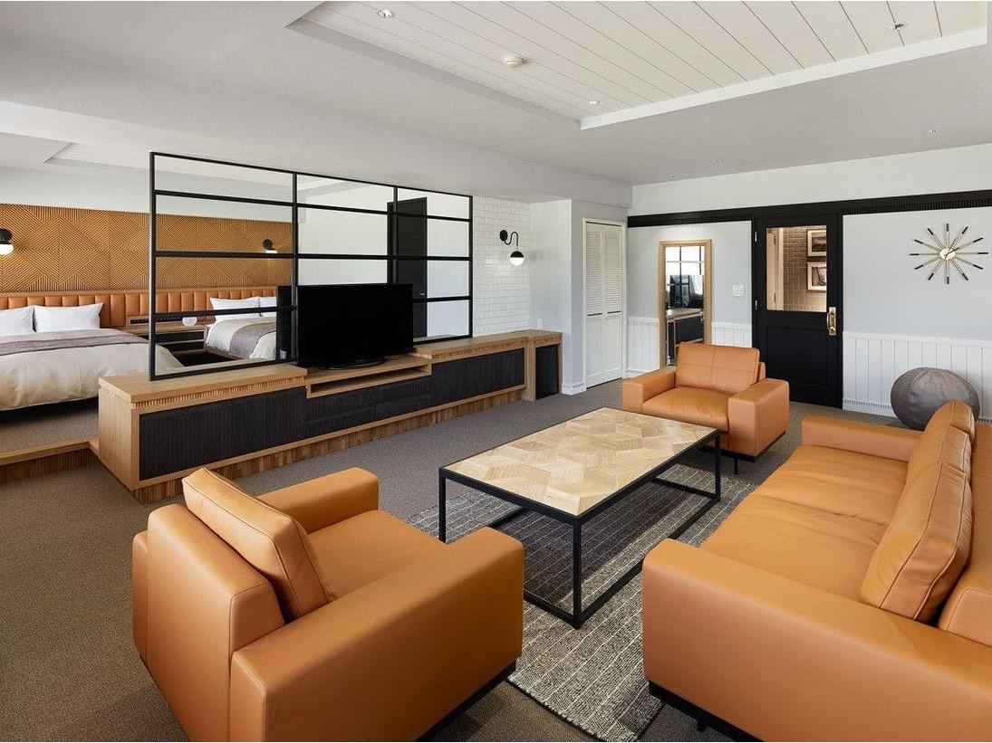 2名様用のお部屋ながら、80平米の広々とした空間を贅沢に使ったスイートルームです。アメニティは『MIKIMOTO』『ALGOTHERM』を御用意。また、お部屋にいながらにしてパターゴルフをお愉しみ頂く事も。