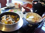 故:菅原文太さんが食され絶賛の香茸のきのこご飯。生前、菅原文太御夫妻が当館旅館部にご宿泊された際、おかわりを3回もされたほどの釜飯です。「香茸」は名前のように香り豊かなきのこで「松茸」以上に高価なきのこです。