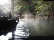 裏見ヶ滝温泉:自然の中の隠れた穴場です。男女混浴・水着着用。(ケンチャルマから車で約15分)