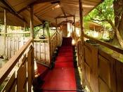 客室は全て離れ形式。非日常への入り口となる階段