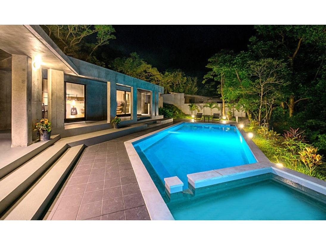 プライベートプールは10m×4mの広さ。リビングからプールへ素足のままで。自由に楽しめる十分な広さです。日常から離れて、ゆったりとした贅沢な時間をお楽しみください。