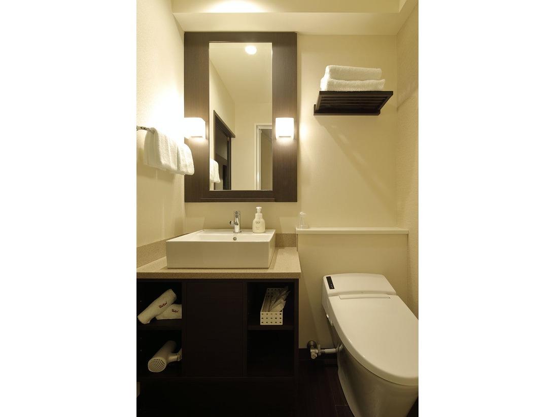 シャワータイプ部屋の洗面所とトイレ