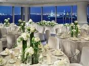 【宴会場】ベイビュー(3F)最大150名/一面総ガラス張りの窓の外には横浜港の景色が広がり、昼間は光り輝く海を、夜はきらめくイルミネーションをお楽しみいただけます。