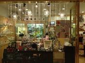 【ショップ】第一園芸(2F)10:00~19:00/フラワーショップ。季節ごとのディスプレーやギフトアレンジメント・花束などで、横浜で過ごす大切なひと時を彩ります。また、ビジネスに対応するギフトもご用意いたします。