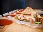 寿司処 ●八潮●握りたての寿司を味わえる隠れ家的寿司処「八潮」。職人との会話がはずむカウンター席、または個室感覚が味わえるテーブル席でお楽しみください。