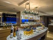 ●Club Lounge● Sheraton CLUBバータイムでは、宮崎の焼酎やワイン、お酒に合うおつまみをご用意。ナイター照明に輝く松林を眼下に、リゾートの夜をお楽しみください。