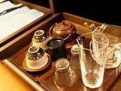 【客室】客室には湯のみやコップなどをご用意.Cup and tea set in guest room