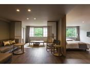 【プレミアムルーム】ゆったりとしたソファと壁一面の大きな窓。76平米の間取りを贅沢に使った和洋室です。
