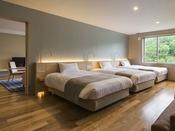 【レディースプレミアム】ベッド3台が横に並ぶ寝室。リビングと合わせ76平米のゆとりの広さです。