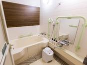 【ユニバーサルスタンダード】浴室には、大きなバスタブと手すりを設置しております。