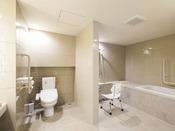 【ユニバーサルプレミアム・バストイレ】手すりや椅子を各所に配置しております。