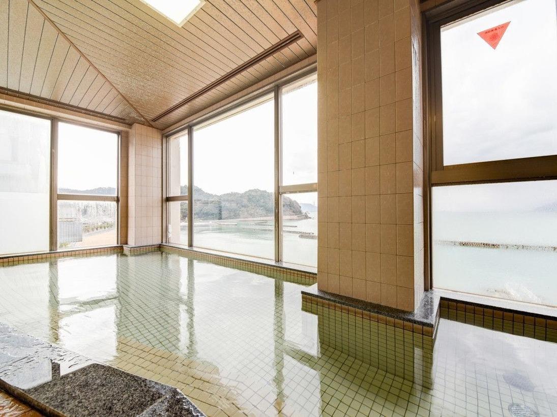 *当館の最上階にある展望風呂は、窓から若狭小浜湾の景観が一望できます。