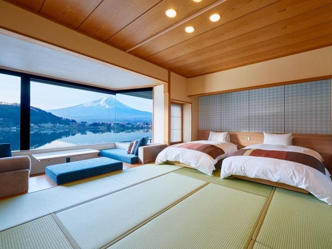 お部屋にいながら富士山。お泊まりいただくすべてのお部屋はもちろん、 館内のいたるところから富士山を一望していただけます。大切な方との癒しの時間を、富士山とともに。