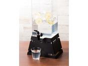 コーヒーが苦手なお客様にはさっぱりとして飲みやすいレモンウォーターをご用意しております。