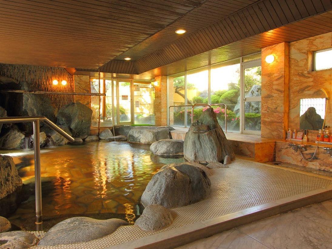 野趣あふれる岩風呂風大浴場。明るく開放的な大浴場が心も身体も癒してくれます。