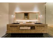 杉と銅を使ったバスルーム