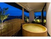 本館スイートルームでは内風呂と景色を楽しみながらご利用頂ける外風呂がございます。