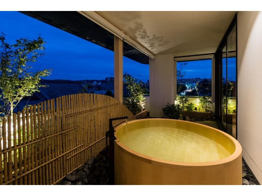 【本館ザ・カンラスイート】内風呂と景色を楽しみながらご利用頂ける外風呂がございます。
