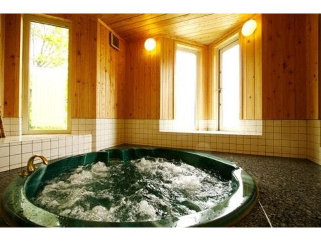 洋風温泉の「泡の湯」はジャグジータイプ。スウェーデン製の強力サウナが併設されています。姫木温泉は、アルカリ性単純泉ph9.7、お肌つるつるの良泉です。