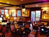 アンティーク家具のロビーでコーヒーの無料サービス